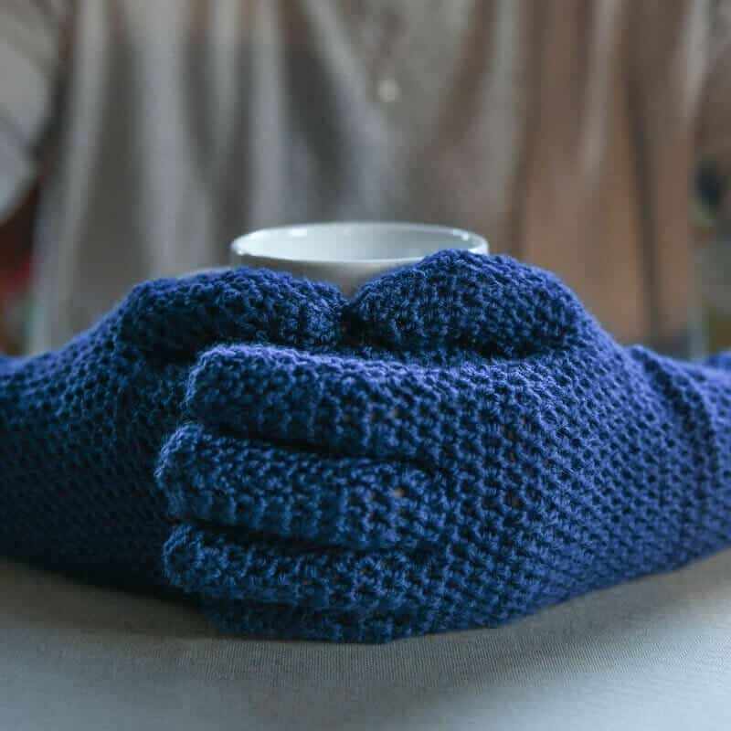 Closer look at a blue Easy Fit Lite Gloves with fingers